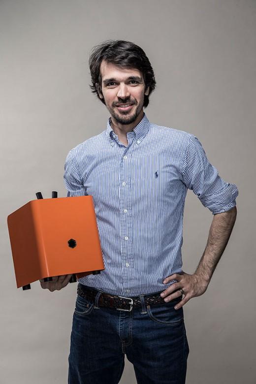 Gründer Ali Jelveh mit dem Schatz in der Hand: Der Protonet Server