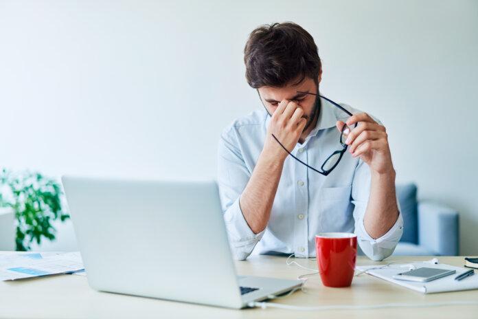 Kopfschmerzen auf der Arbeit? Diese 10 Hausmittel helfen