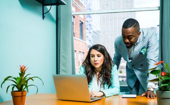 3 Wege, um entlassenen Mitarbeitern zu neuen Jobs zu verhelfen