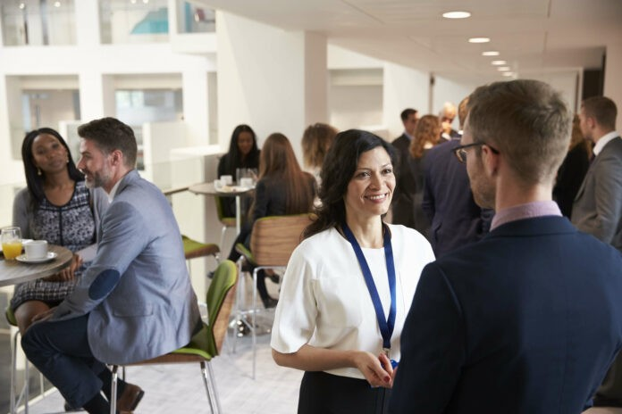 Business Networking: So machst du Small Talk und knüpfst Kontakte