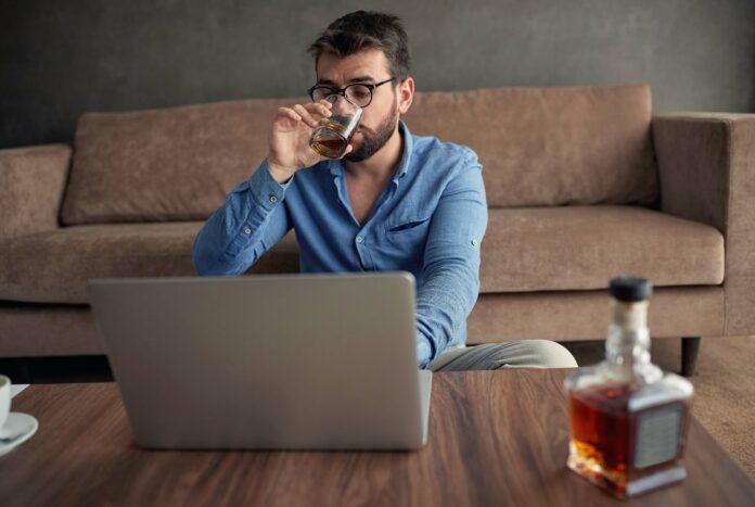 Umfrage: 42 % der Arbeitnehmer trinken Alkohol im Homeoffice