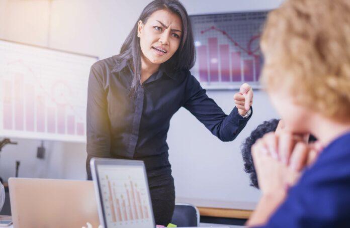 3 Anzeichen, dass deine Chefin toxisch ist